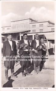 Οι Σιοιροπούληδες στο παντοπωλείον Βαρωσίων (Φωτογραφικό δελτάριον Ανδρέα Σωτηρίου 1948)